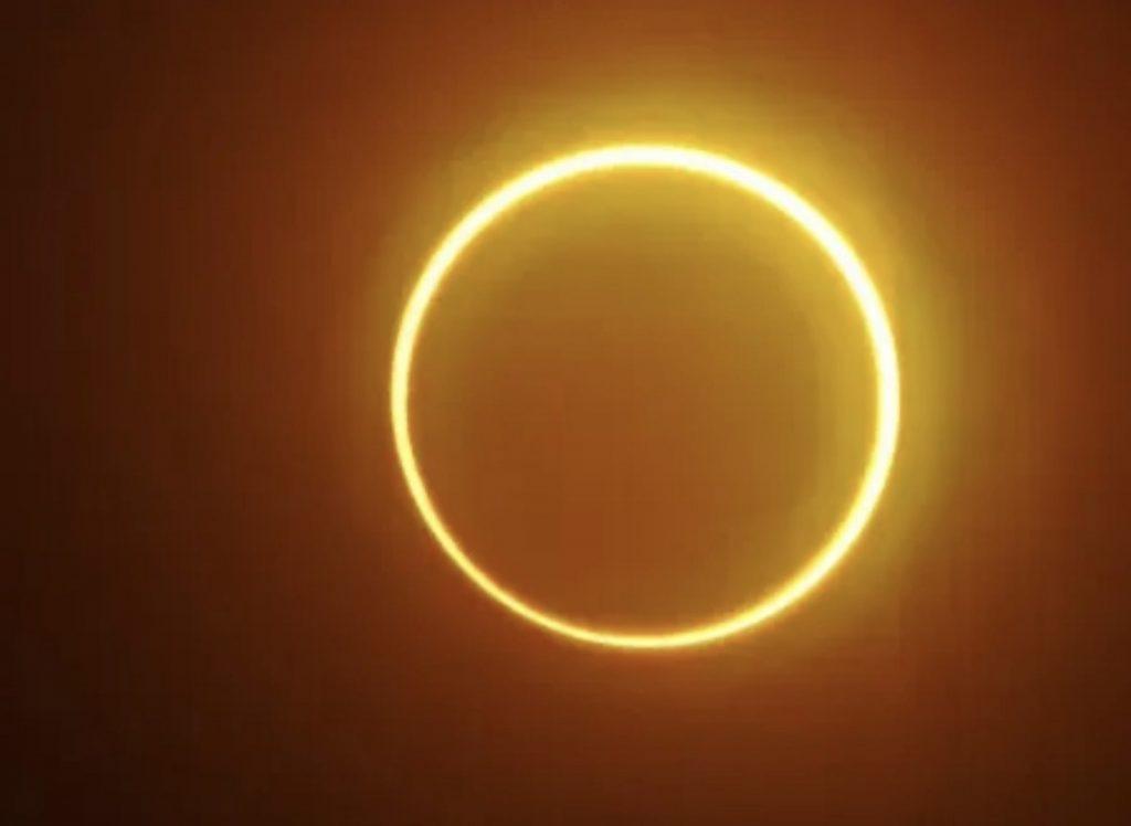 """L'eclissi solare formerà un """"anello di fuoco"""" intorno alla luna giovedì.  Guarda come seguire    Il mondo - le ultime notizie dal mondo"""