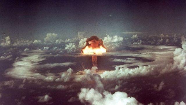 L'immagine mostra il momento in cui esplode una bomba nucleare
