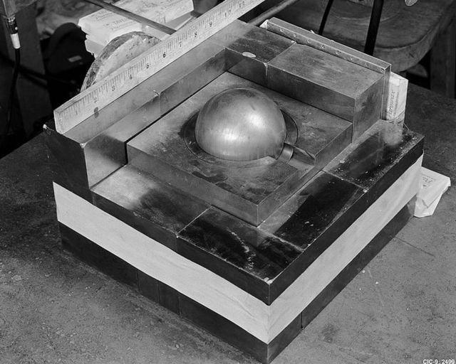 Riproduzione dell'esperimento in cui Deglian accatastò blocchi attorno a un nucleo di plutonio