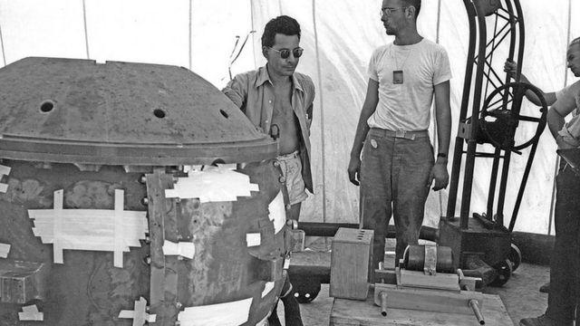 Louis Stolin insieme alla bomba atomica in fase di sviluppo