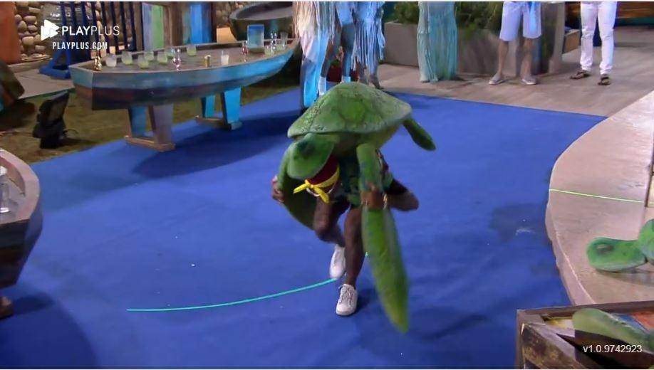 Fattoria 2021: Dinho gioca con la tartaruga alla festa - Procreazione / Playplus